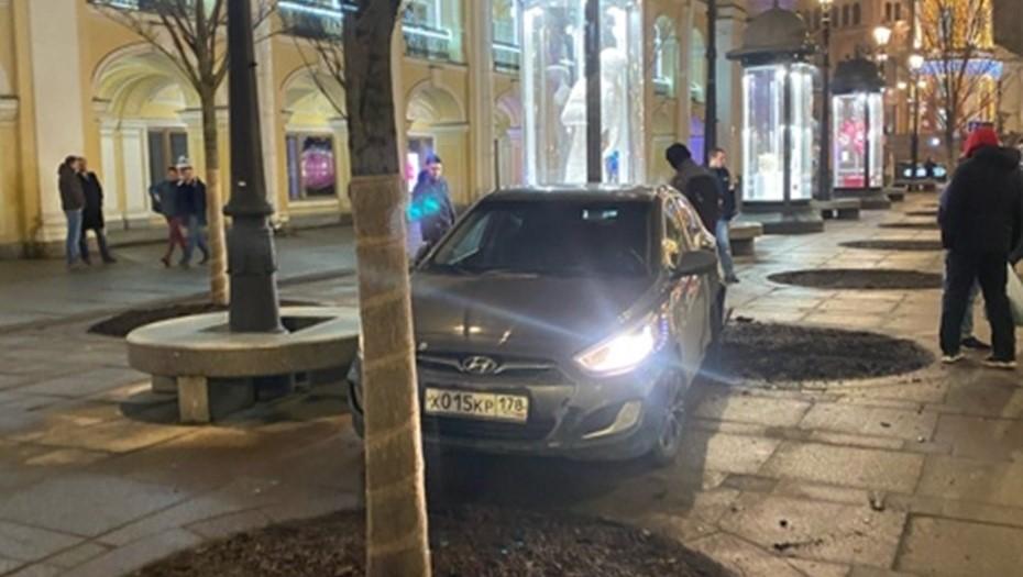 В центре Петербурга иномарка сбила двух человек на автобусной остановке