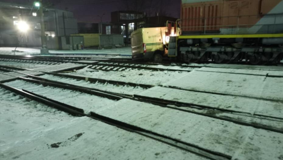 В Петербурге локомотив сбил инкассаторский броневик Сбербанка