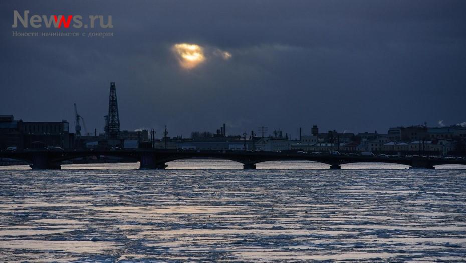 В Петербурге разведут мосты для прохода баржебуксира
