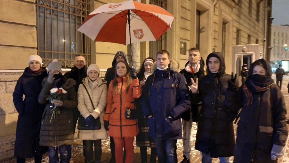 Вы сильно надоели: в Петербурге задержали 15 белорусов с красно-белым зонтом