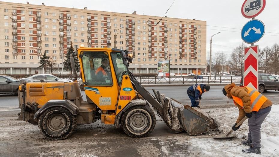 Выпавший снег вывел на улицы Петербурга более тысячи дворников