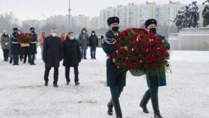 Беглов возложил цветы на площади Победы в память о подвиге ленинградцев