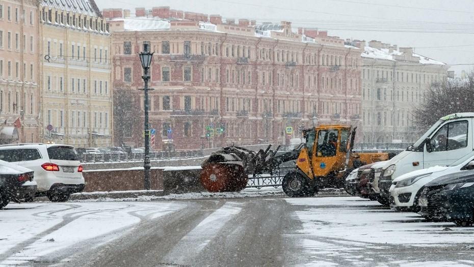 Более 900 машин уберут улицы и дороги Петербурга после снегопада