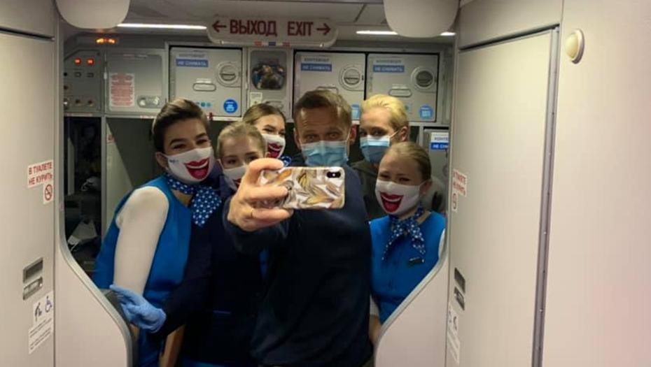 Групповое селфи стюардесс с Навальным заинтересовало Минтранс