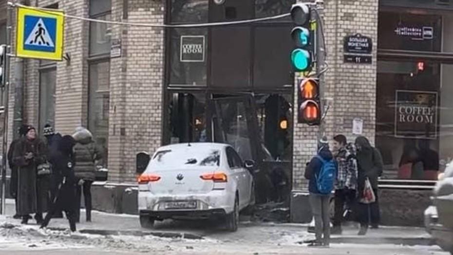 Иномарка протаранила кофейню в центре Петербурга