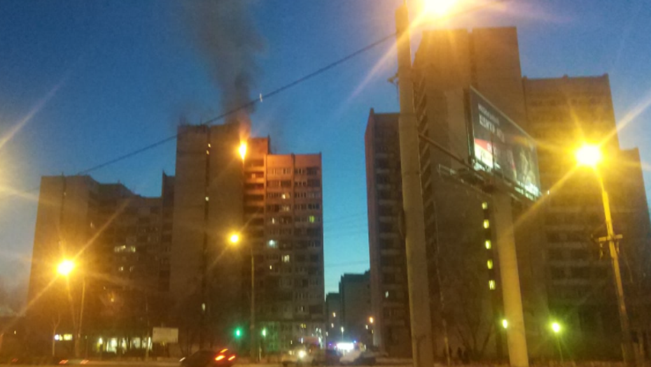 Из горящей квартиры на юге Петербурга спасли женщину с ребёнком