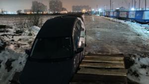 Каршеринг упал в ручей с пешеходного моста в Мурино