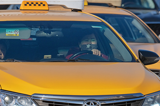 Мигрантам хотят запретить работу в такси