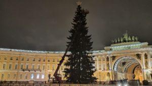 На Дворцовой площади начали разбирать новогоднюю ёлку