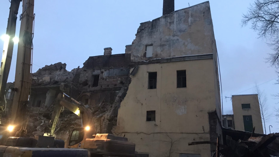 На Гаванской улице начали сносить историческое здание бани