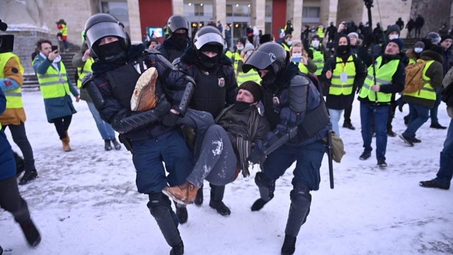 На Пионерской площади в Петербурге начались задержания