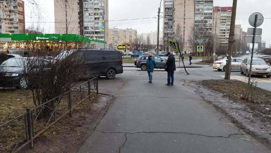 На улице Рихарда Зорге минивен сбил девушку на тротуаре