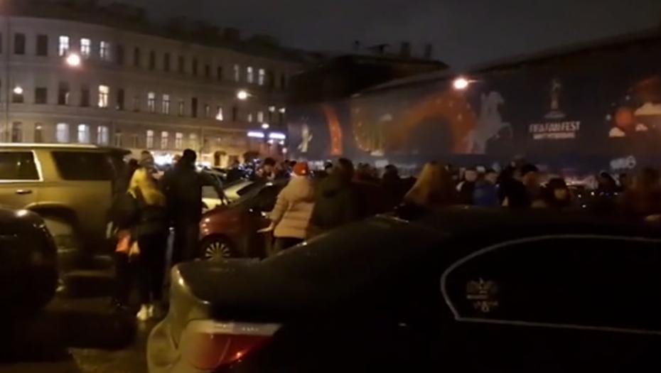Петербуржцы ответили на угрозу трех волн вечеринкой на Конюшенной площади