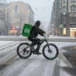 Петербуржцы в каникулы искали работу водителем-курьером и работником зала