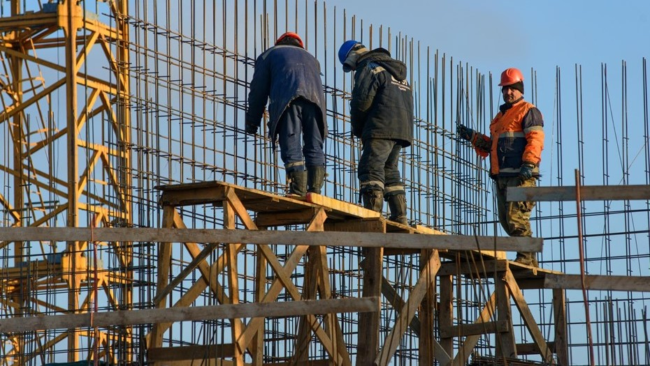 Рабочий упал в шахту лифта строящегося здания ТЦ в Петербурге
