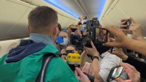 Самолёт с Навальным вылетел из Берлина в Москву