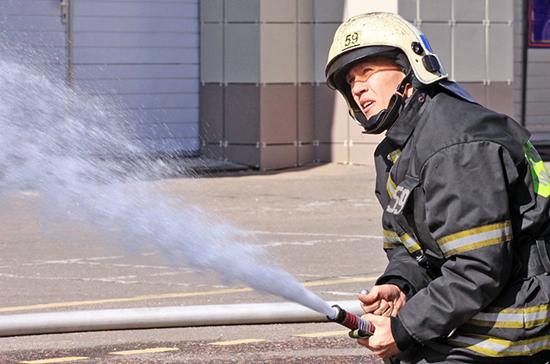 Топливозаправщик горит в промзоне на северо-западе Москвы