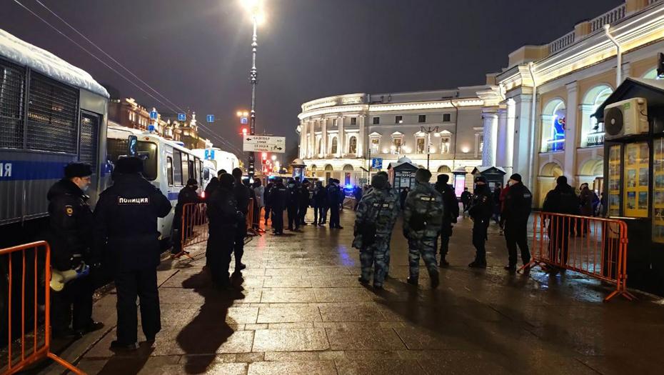 Участников акции в поддержку Навального задерживают у Гостиного двора