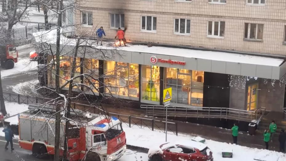 """В Кронштадте спасли крышу """"Пятёрочки"""", на которую скинули горящий ковёр"""