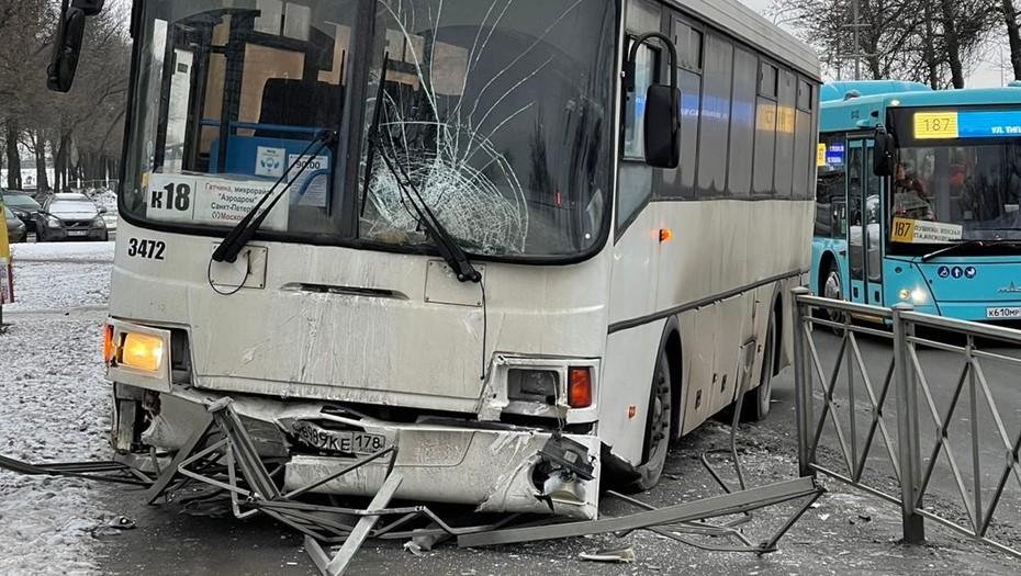 В Петербурге пассажирский автобус пробил ограждение и вылетел на тротуар