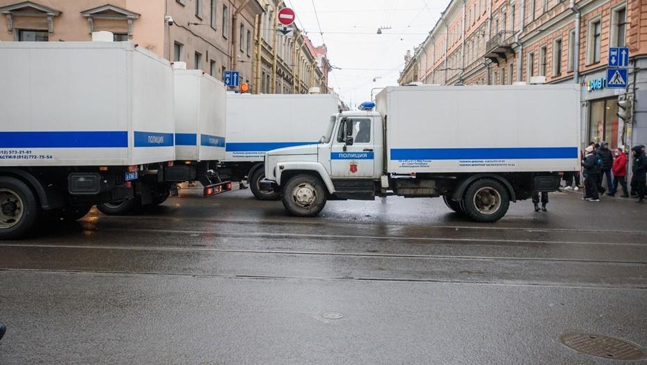 Арестованных на акциях в Петербурге развозят по изоляторам в Ленобласти