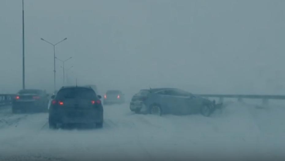 Авария на дамбе заблокировала движение в сторону Петербурга
