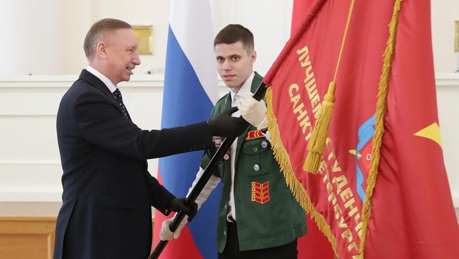 """Беглов вручил знамя губернатора стройотряду """"Панда"""""""