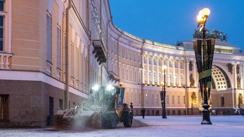 Более 1,2 тыс. спецмашин убирали улицы Петербурга от снега ночью