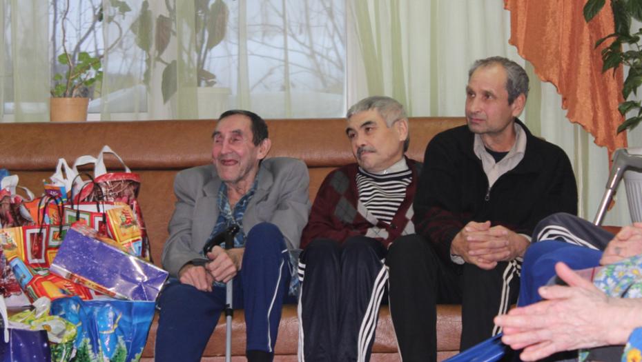 Для пожилых петербуржцев собирают подарки к 23 февраля и 8 марта