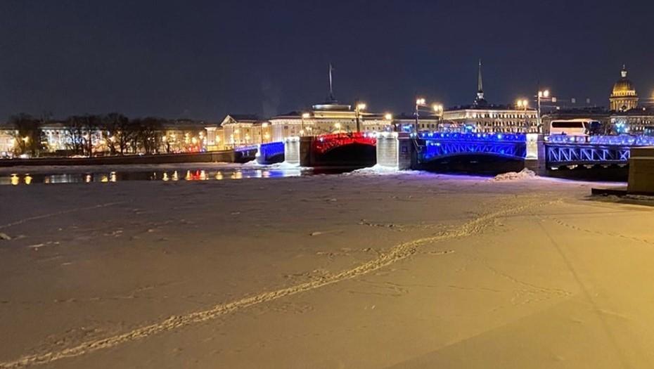 Дворцовый мост подсветят триколором 23 февраля
