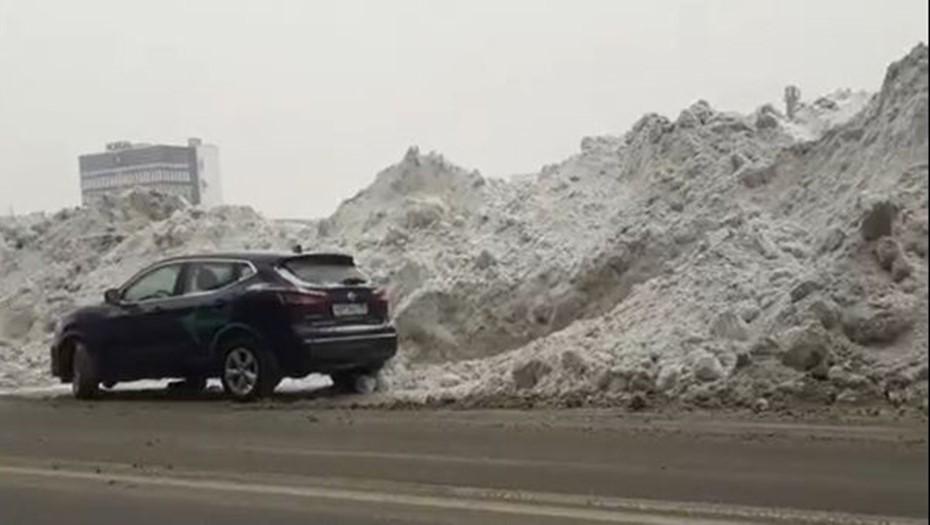 Гигантские стены из снега в центре Петербурга возмутили горожан