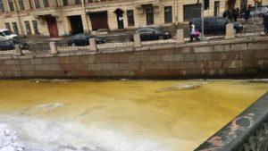 Экологи объяснили пожелтевшую воду в реках и каналах Петербурга