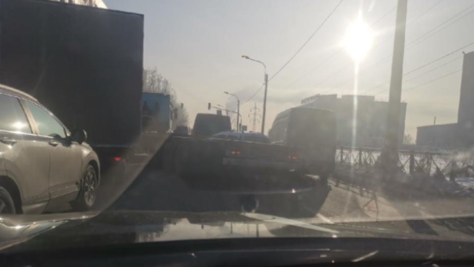 На юге Петербурга авария с большегрузом закрыла три полосы