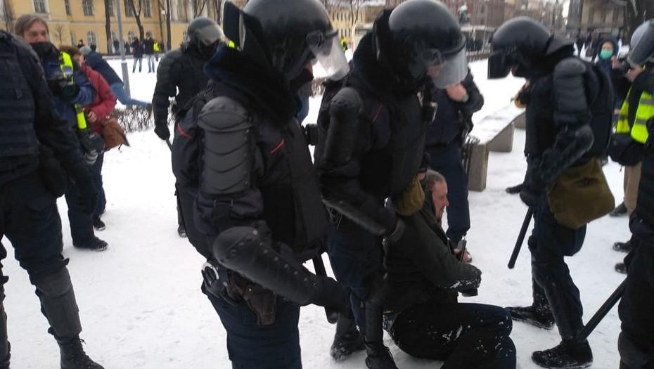 На несогласованной акции в Петербурге задержали почти 800 человек
