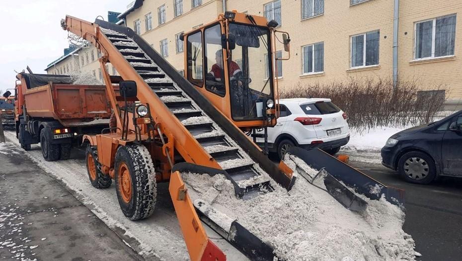 На уборку снега в Петербурге отправили более 1 тыс. единиц техники