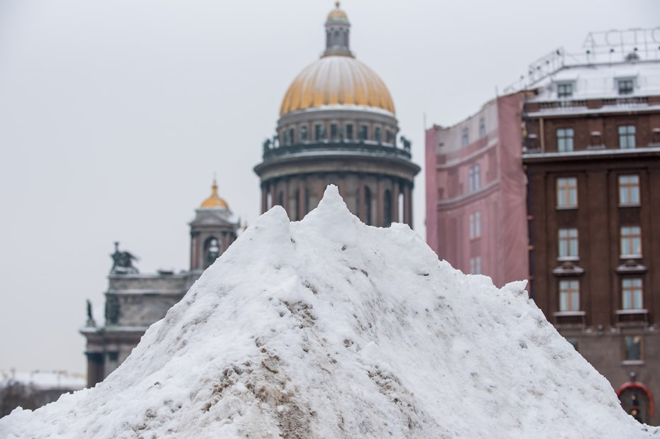 Петербург в снежном плену: властям снова понадобятся лопаты Беглова