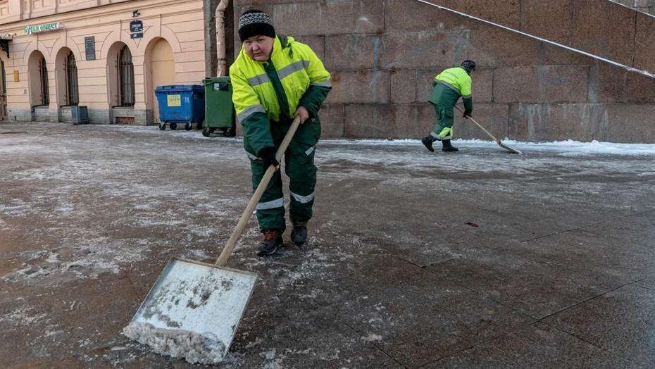 Петербургские крыши чистят от снега более тысячи дворников