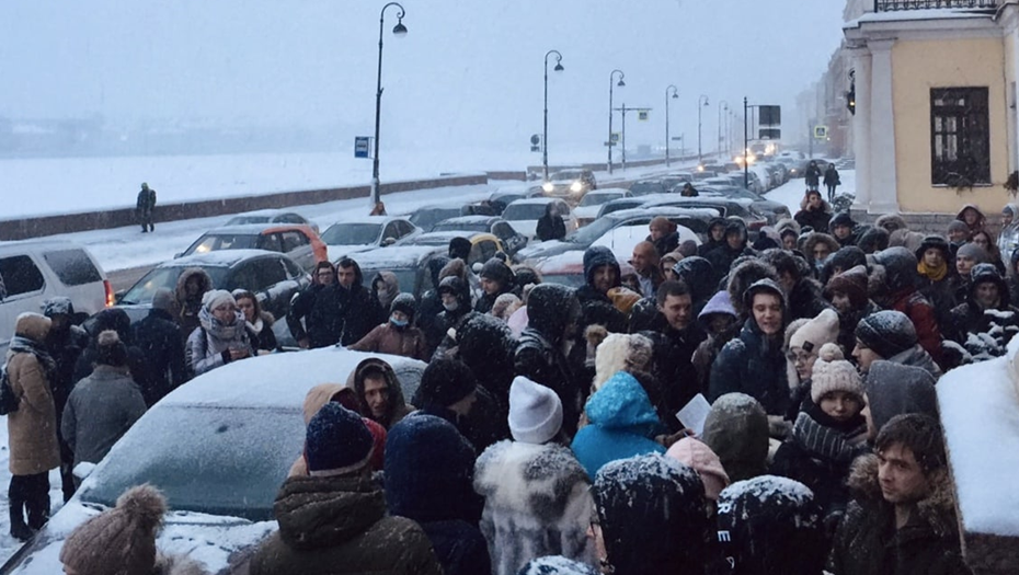 Петербуржцы осадили ЗАГС на Английской набережной ради записи на июль