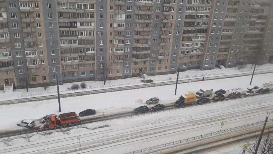 Петербуржцы вручную перепарковали каршеринг, мешавший уборке снега