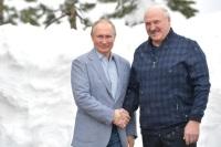 Путин и Лукашенко покатались на лыжах и снегоходах