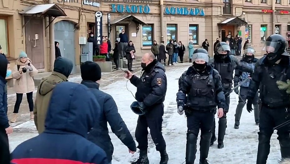 Суд в Петербурге арестовал подозреваемого в нападении на полицейского