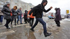 Улицу возле Смольного затопило из-за свалки снега