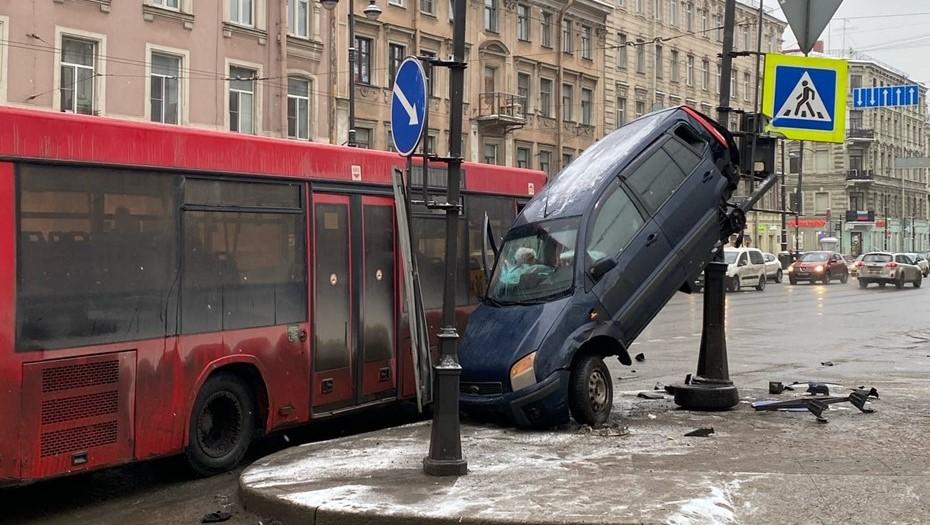 В Адмиралтейском районе маршрутный автобус закинул Ford на столб