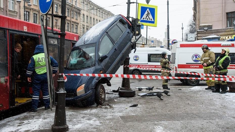 В Петербурге за снежные выходные произошло свыше 1,7 тыс. аварий