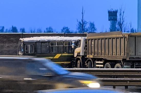 ВСвердловской области натрассе «М5» столкнулись 20автомобилей