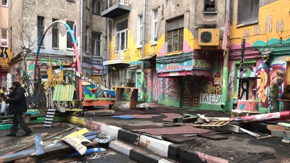 Двор Нельсона на Петроградке снова наполняют психоделические рисунки
