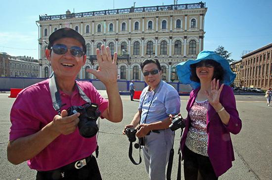 Иностранным туристам предлагают продлить визы до полугода