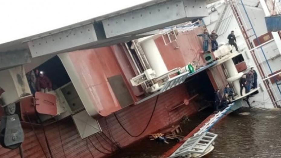 Корабль лёг на бок на верфи под Петербургом