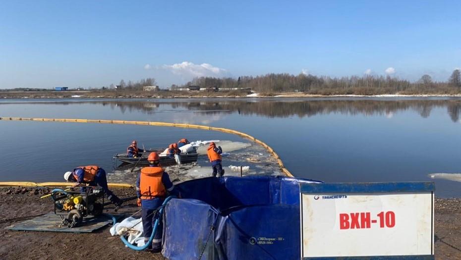 Масштабный разлив нефтепродуктов ликвидируют в Новгородской области