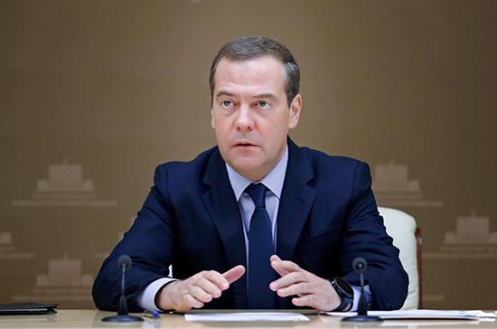 Медведев предложил освободить многодетных от налога на землю без инфраструктуры